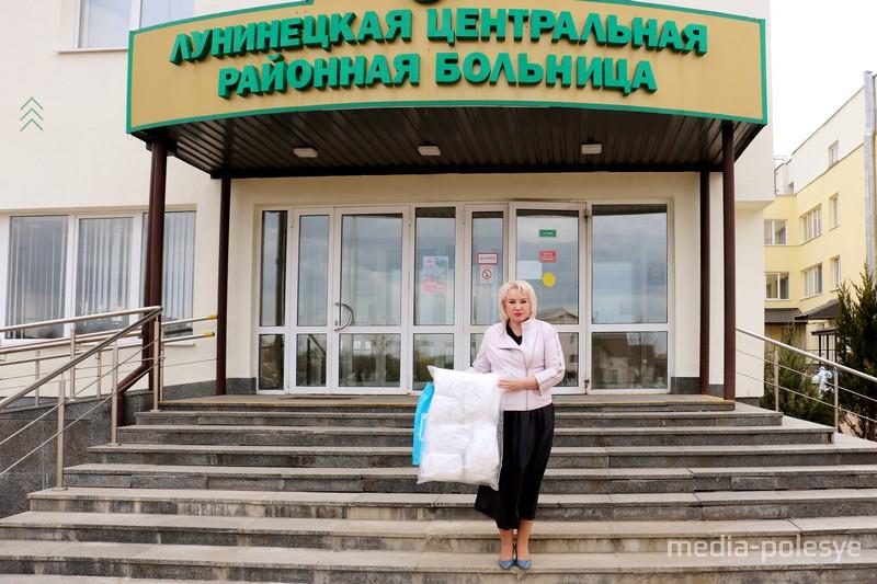 Костюмы принимает главврач Лунинецкой ЦРБ. Фото предоставлено «Евразийской процессинговой компанией»