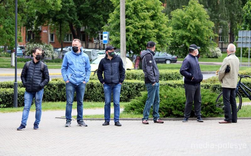 В Пинске выстроилась очередь, чтобы подписаться за Светлану Тихановскую