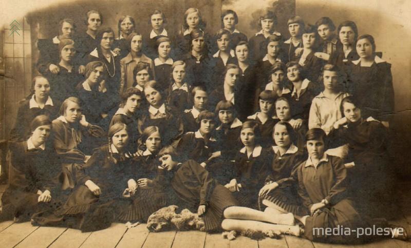 Эти девушки закончили ремесленную школу в Пинске в 1928 году