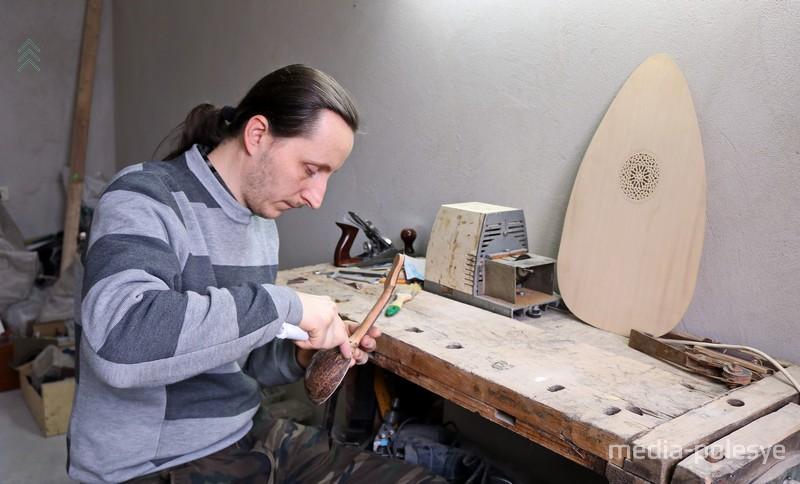 Андрей Шклёда за изготовлением очередного музыкального инструмента