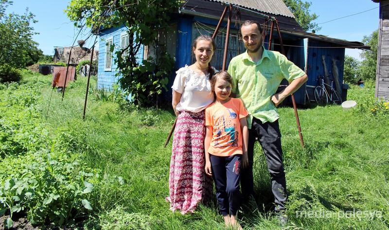 Андрей Шклёда с женой и сыном в Кудричах