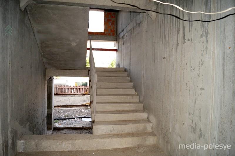 В доме 4 подъезда. В подъезд можно зайти со стороны улицы и со двора