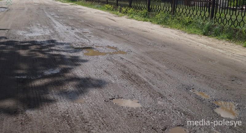 Чем дальше по улице, тем дорога становится хуже, а грязи больше