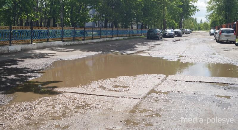 Бордюров нет, на пешеходной дорожке паркуют автомобили. А по ней ходят школьники