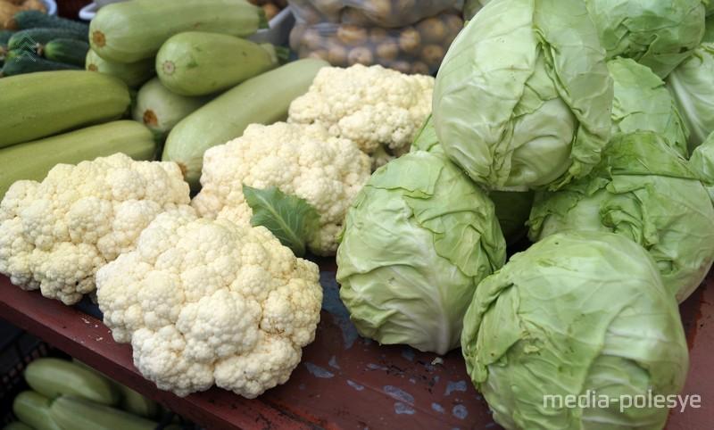 Капусту продают головками по 70 копеек, цветную капусту по 3 рубля за килограмм