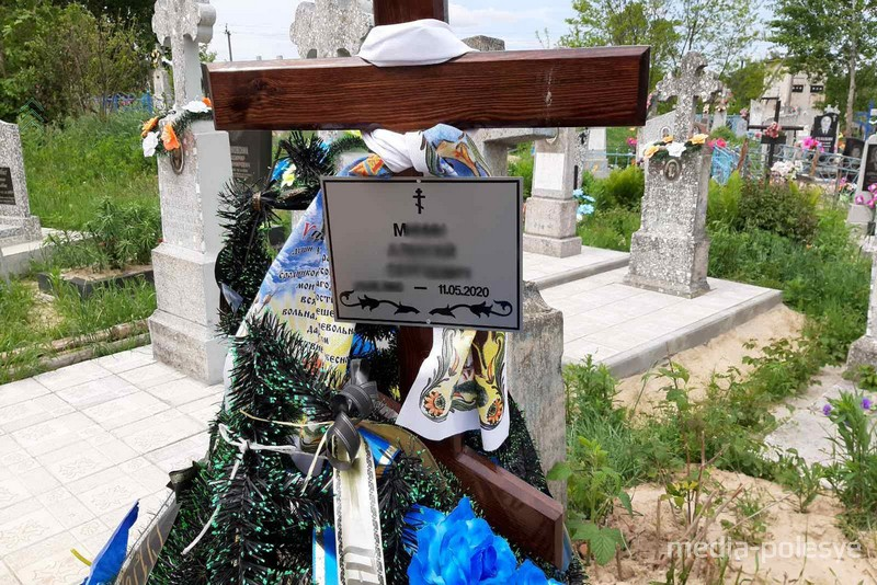 На закрытом кладбище, без разрешения и в чужой могиле – так похоронили парня в Пинске
