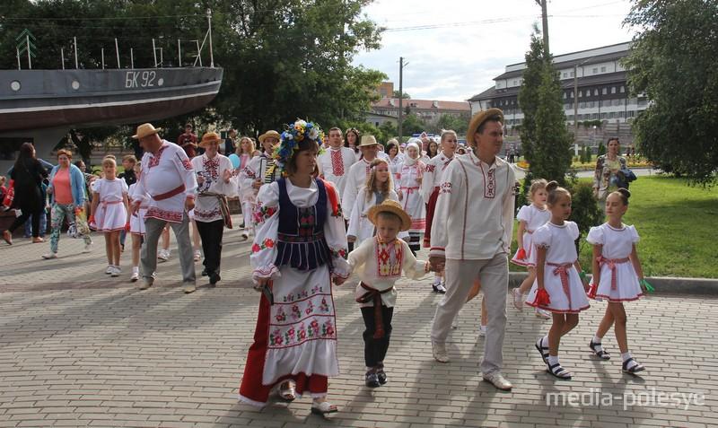 Парад вышыванак у Пінску 2019 г.Фота Васіля Мацкевіча з архіву Медыя-Палесся