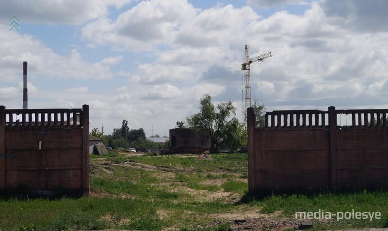 За этим забором территория бывшего льнокомбината