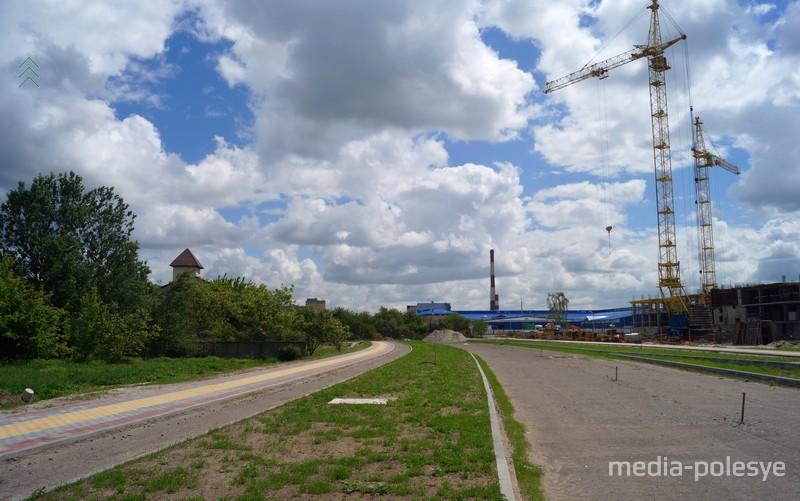 Слева пожарная часть, через дорогу «Савушкин продукт»