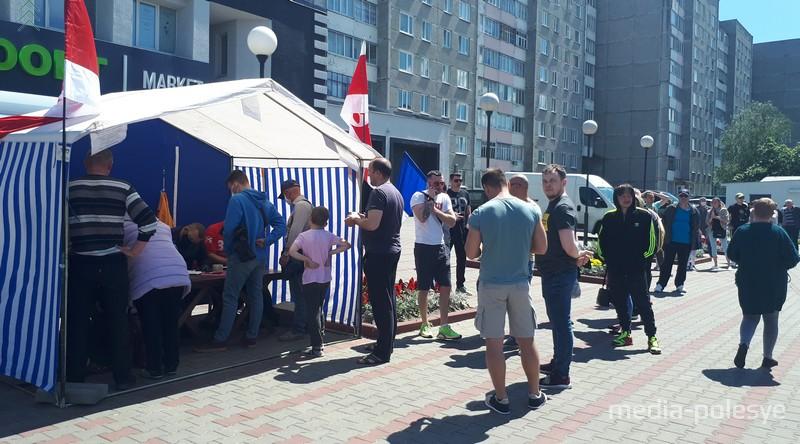 Фото с пикета по сбору подписей за Светлану Тихановскую в Лунинце 6 июня