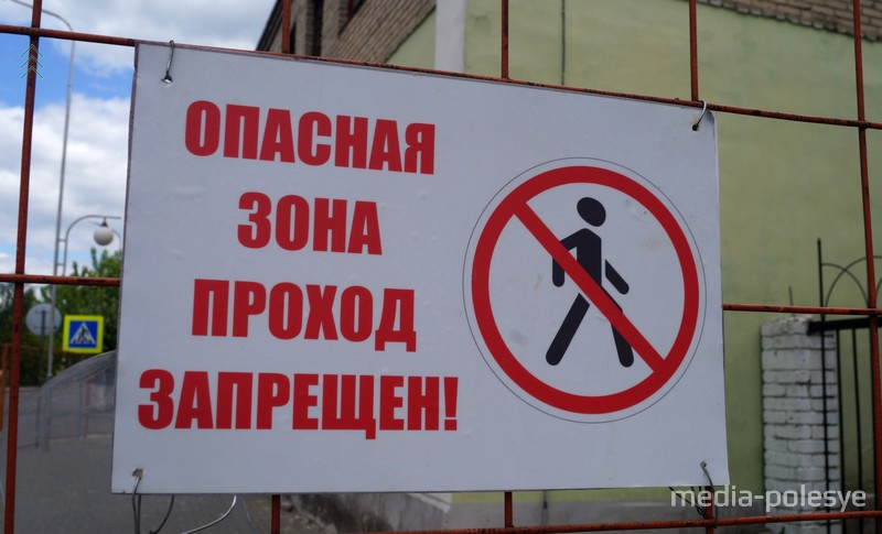 Проход вдоль здания по улице Завальной для пешеходов тоже запрещён