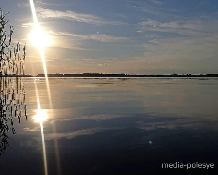 Озеро Погост в лучах вечернего солнца