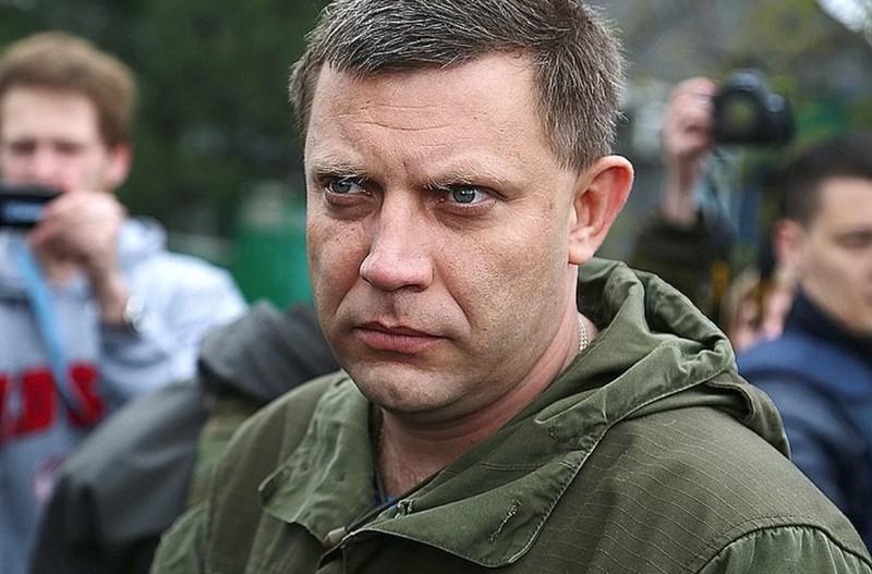 Глава Донецкой народной республики Александр Захарченко на месте обстрела контрольно-пропускного пункта у села