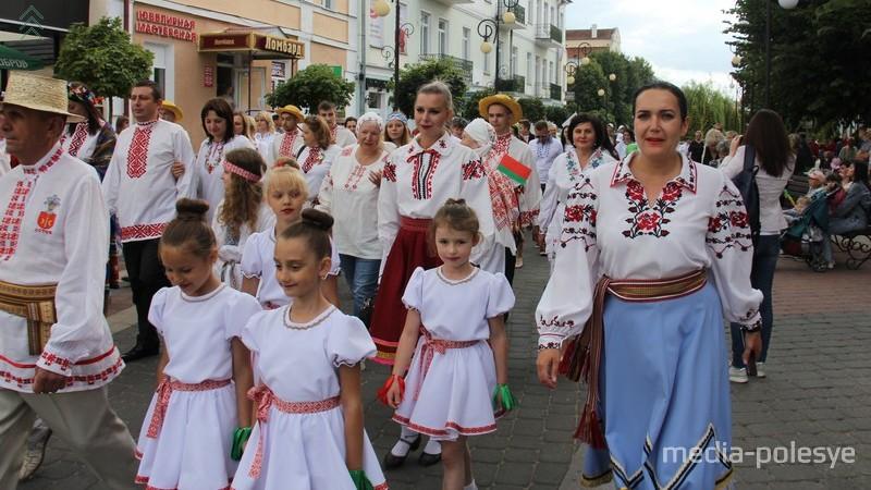 Парад вышиванок в Пинске 3 июля 2019. Фото Василия Мацкевича