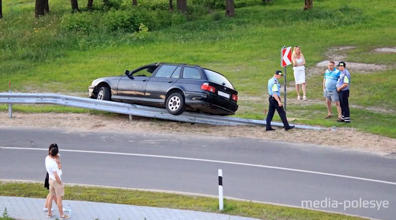 В Пинске под мостом «BMW» налетел на отбойник и повис на нём