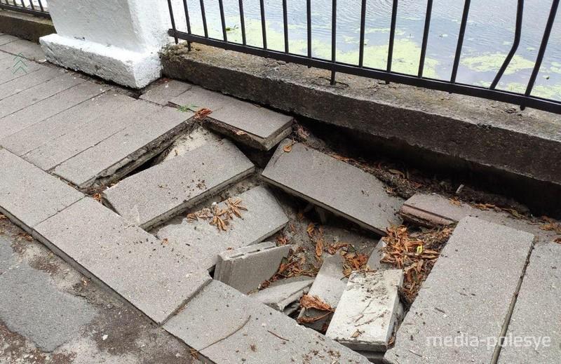 В Пинске на набережной Пины плиты уходят под землю