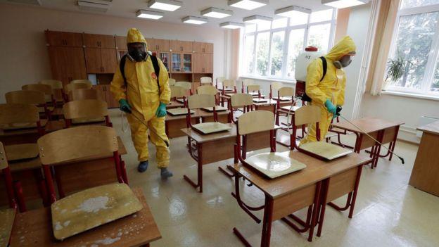 Дезинфекция перед 1 сентября в московской школе / TASS