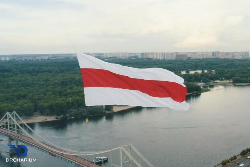 Флаг подвесили к дрону / скриншот с видео