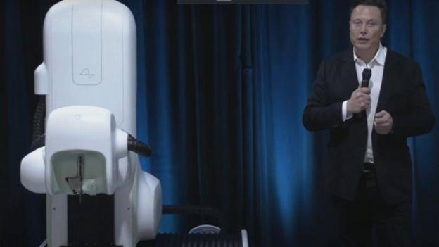 Илон Маск демонстрирует новые достижения компании Neuralink / Youtube