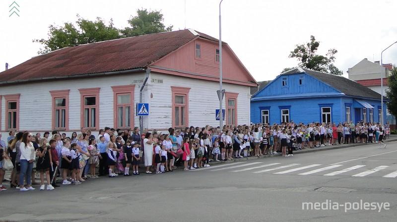 На пересечении улиц Советской и 50 лет Октября было многолюдно