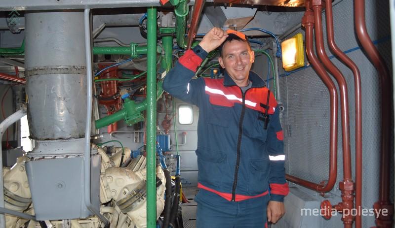 Машинист-приёмщик Андрей Финдюкевич в моторном отсеке тепловоза