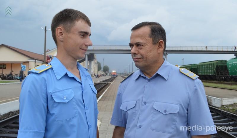 Машинист тепловоза 1 класса Анатолий Приборович с 20-летним стажем со своим помощником Михаилом Шпаком в ожидании своего дизель-поезда, чтобы отправиться в рейс