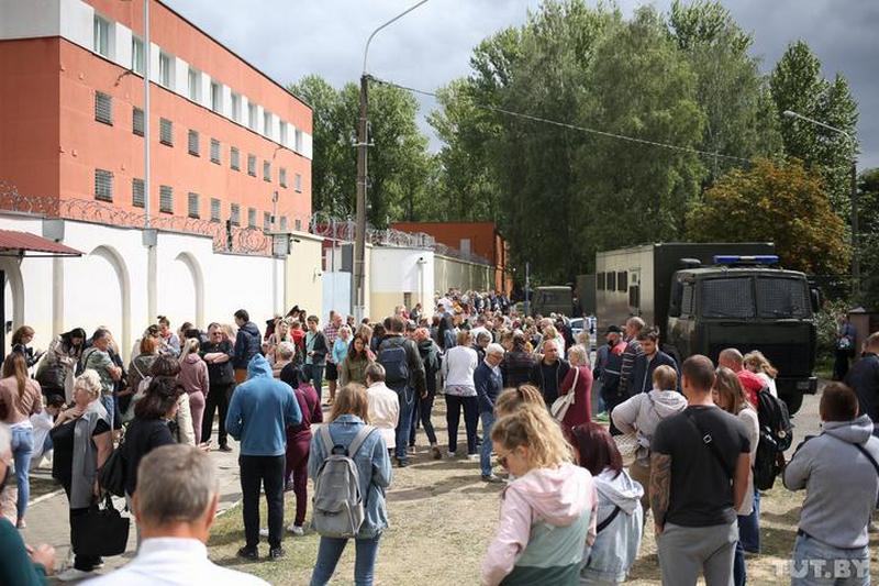 Родные задержанных у Окрестина 12 августа. Фото: Вадим Замировский, TUT.BY