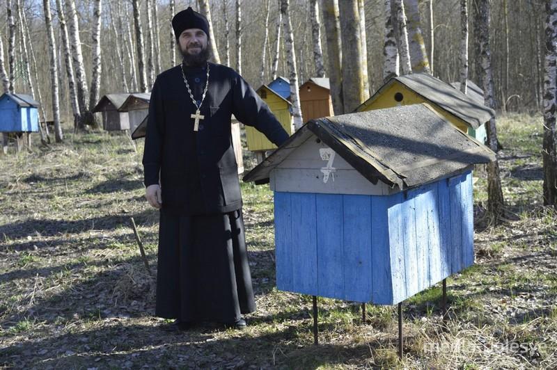 Отец Валерий на своей пасеке