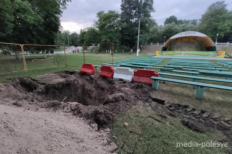 В парке выкопали яму и разрешили сторонникам Светланы Тихановской провести пикет