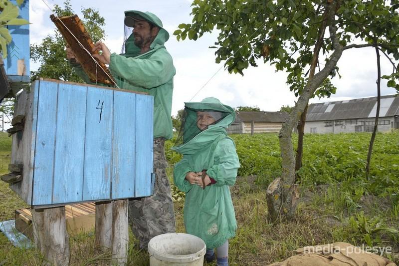 Приучает детишек к прекрасному ремеслу пчеловодства