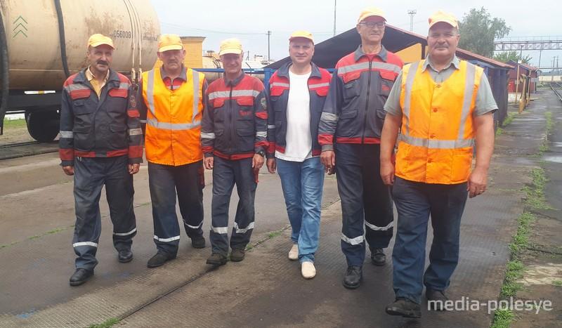 Работники склада топлива и раздатчики нефтепродуктов