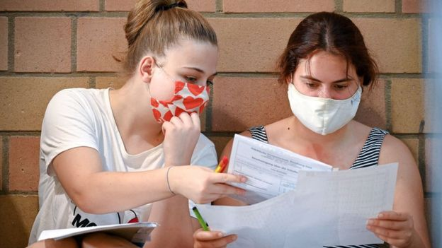 Старшеклассникам и старшеклассницам во многих странах Европы теперь придется прятать красоту и молодость под масками / EPA