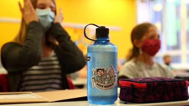 В Германии школьники уже сели за парты - в масках и с санитайзером под рукой / Reuters