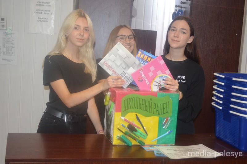Две Екатерины Стасюкевич и Петрович. а также Анна Ракович закупают всё необходимое для своих завтрашних одиннадцатиклассников, а заодно помогли тетрадками детишкам, которые ен могут себе этого позволить