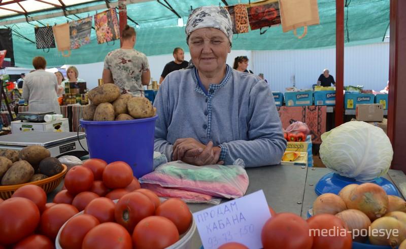 А эта женщина из Ракитно не только овощи, но и кабана продаёт. Тоже сама вырастила