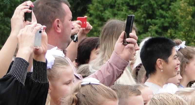 Многие старались запечатлеть эти моменты на свои телефоны, фотоаппараты
