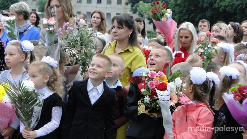 Дети провожали взглядом улетевшие шары