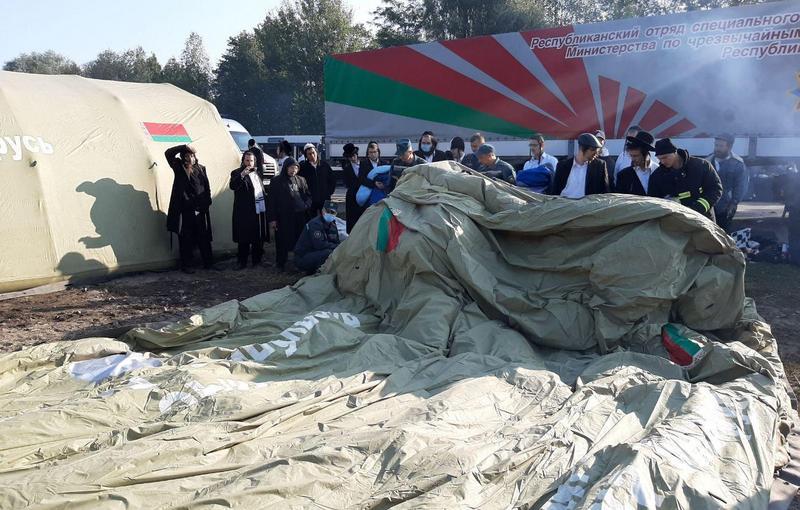 МЧС Беларуси ставит палатки для хасидов. Фото: Госпогранкомитет РБ