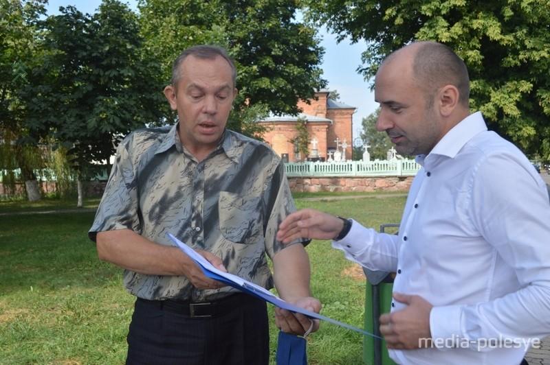 Виталий Коротыш (справа) и Геннадий Захаркевич во время сбора подписей