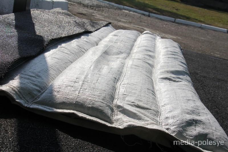 На изготовление 1 мата нужно 37-39 килограмм резиновой крошки. То есть за час производится наполнителя на 10 матов