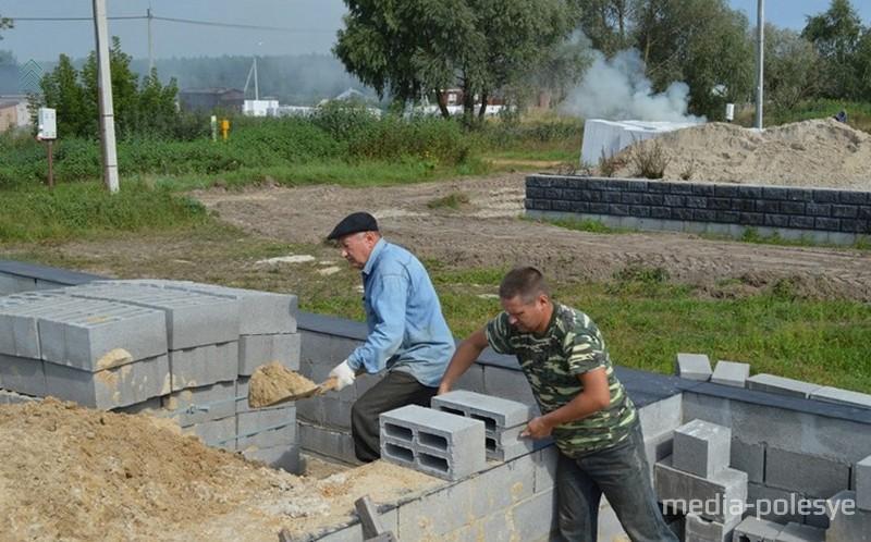 Владимир Ярохович с отцом Иваном Николаевичем вдвоём возводят дом