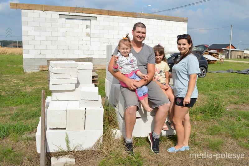 Дмитрий Марза с женой Викторией и дочерьми Полиной и Кариной организовали семейную стройбригаду
