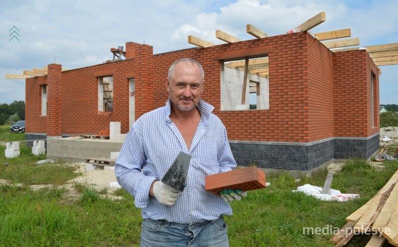 Сергей Гаврилович днём строит, а вечером развлекает народ на различных торжествах