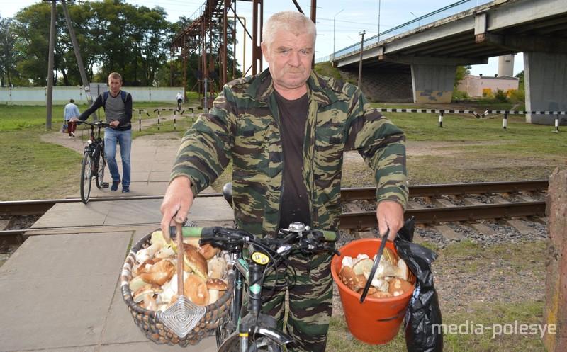 Василий Дубина насобирал кош и ведро боровиков не отъезжая далеко от Лунинца