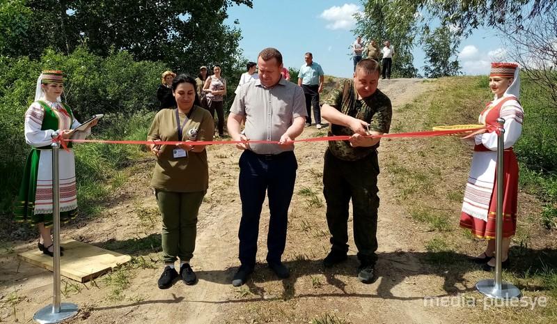 Александр Горошко (в центре) открывает экологическую тропу «Блудное озеро»