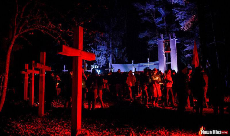 Традиционно вечером 29 октября люди собираются в Куропатах, чтобы почтить память жертв репрессий. Фото Надежды Бужан из архива