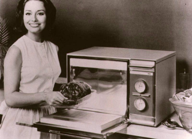 8 октября 1945 года житель штата Массачусетс Перси Спенсер запатентовал микроволновую печь / Фото: cosmo-frost.ru