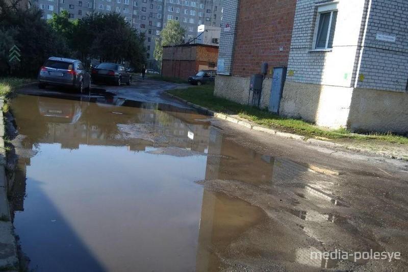 После каждого дождя перед домом стоит лужа