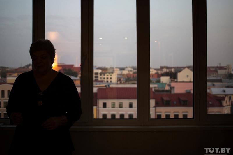 Культуролог, профессор БГУКИ Юлия Чернявская — у окна в домашнем кабинете мужа — программиста, бизнесмена и мецената Юрия Зиссера