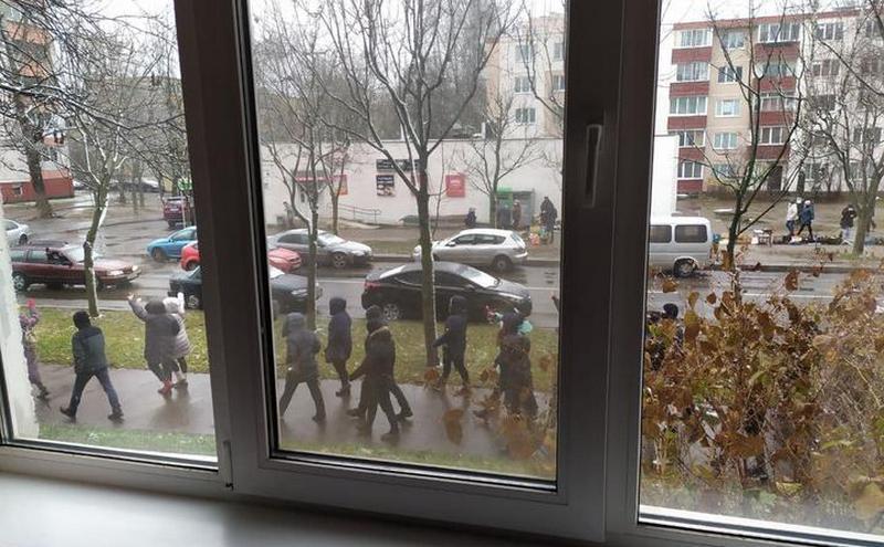 Район второго кольца, метро Пушкинская. Прошла колонна людей. Скандируют «Верым, можам, пераможам!» TUT.BY 12:58